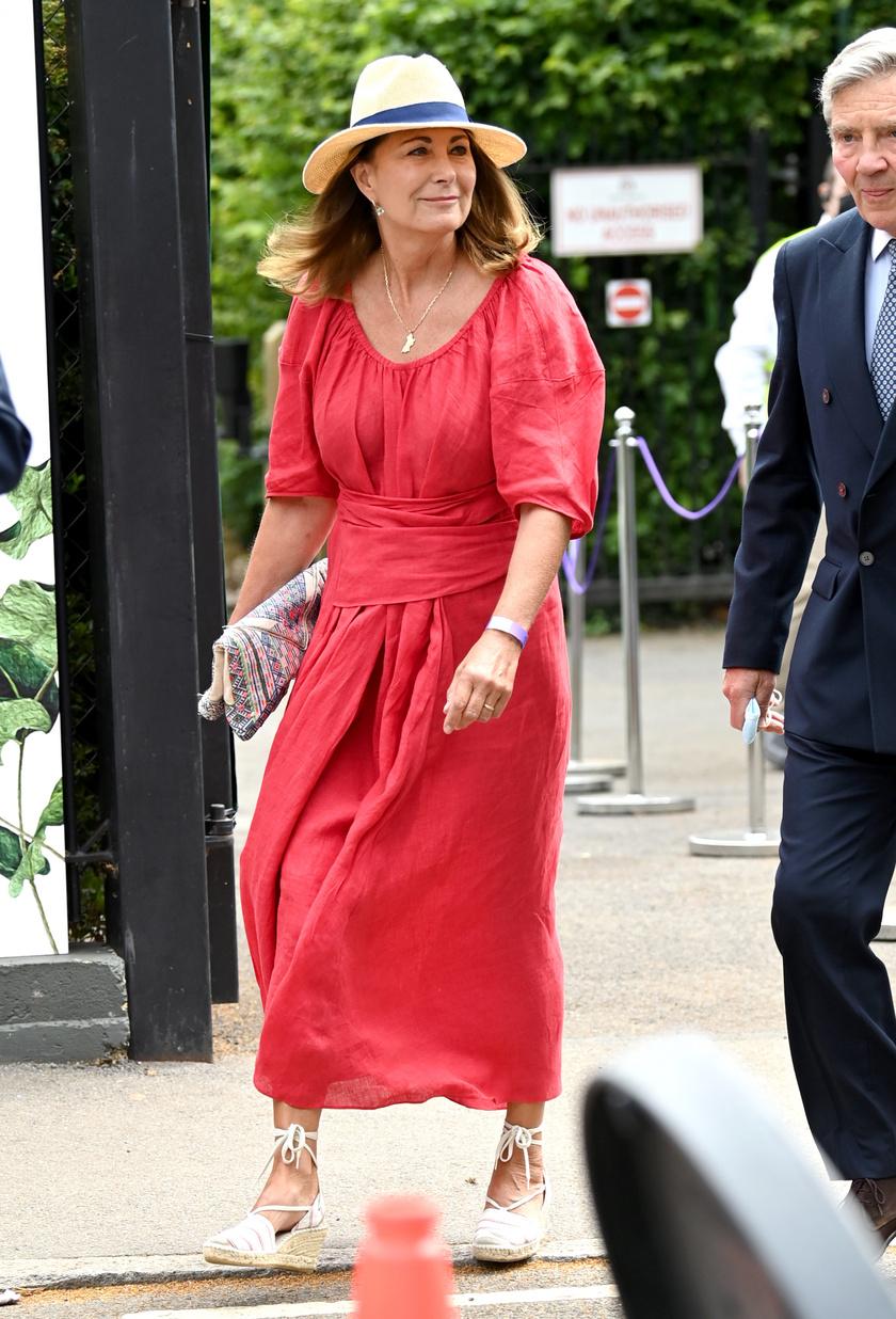 Ez a piros ruha nemcsak lenge és csinos, de még a derekát is kiemeli trükkös fazonjának köszönhetően. Ilyen egy tökéletes nyári összeállítás.