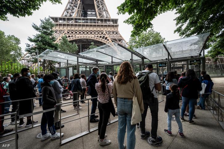 Sorban álló emberek az újranyitott Eiffel-toronynál 2021. július 16-án