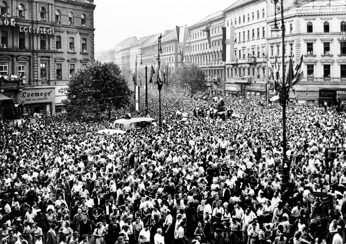 A XV. nyári olimpiai játékokon diadalmasan szerepelt magyar sportolók küldöttségét hatalmas tömeg várja 1952. november 7-én Budapesten