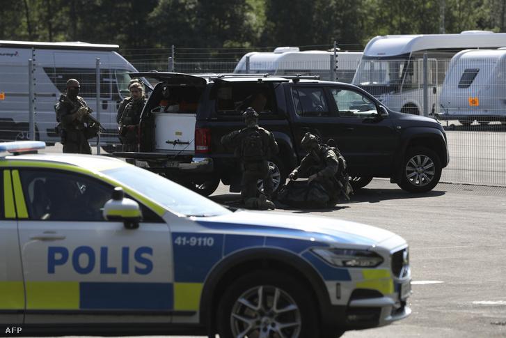 Rendőri egységek a svédországi Hällby börtön előtt 2021. július 21-én