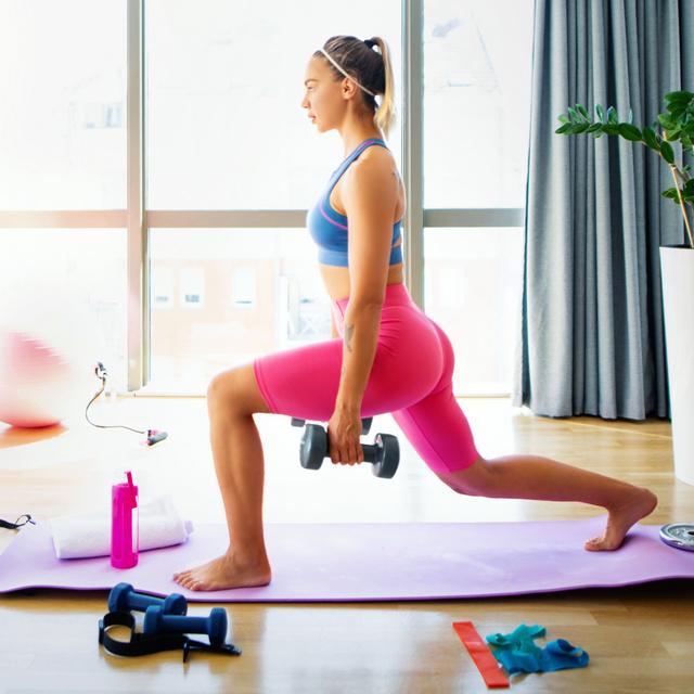 15 perces reggeli edzés, ami 300 kalóriát éget el: a zsírégetést és az emésztést is beindítja
