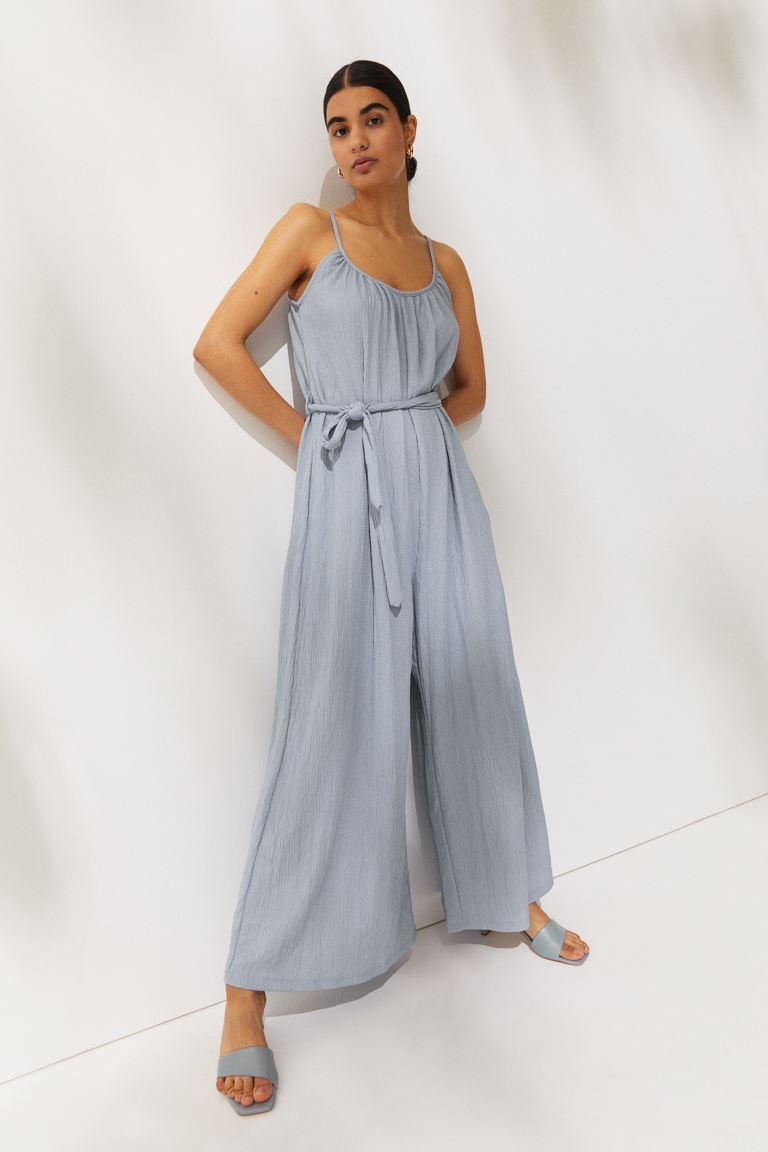 A H&M bőszárú overallja elegáns és nőies, kötőjének köszönhetően pedig kiemeli és karcsúsítja a derekat. 6495 forintért vásárolhatod meg.