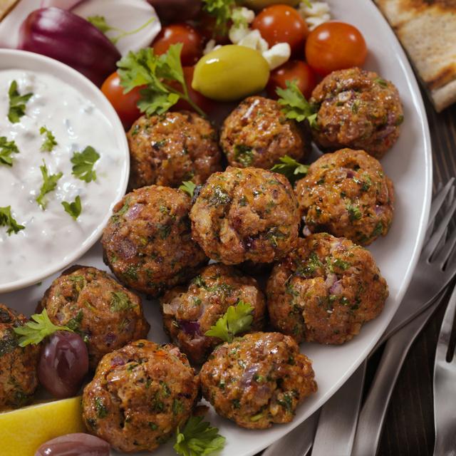 Fűszeres görög húsgombócok joghurtos mártogatóssal: esti borozgatáshoz is nagyon finom