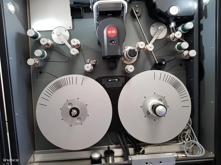 A több százmillió forintos szkennelő gép, mely a csúcsminőségű digitalizációt lehetővé teszi