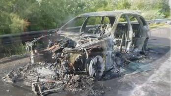 Videó készült az M7-esen kiégett kombiról