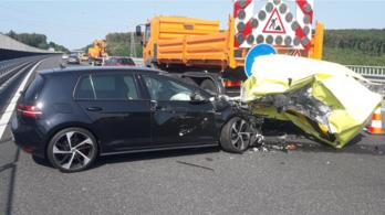 Közutas utánfutóba szaladt bele egy autó az M7-esen