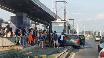 Villamossal ütközött egy autó a Rákóczi hídon