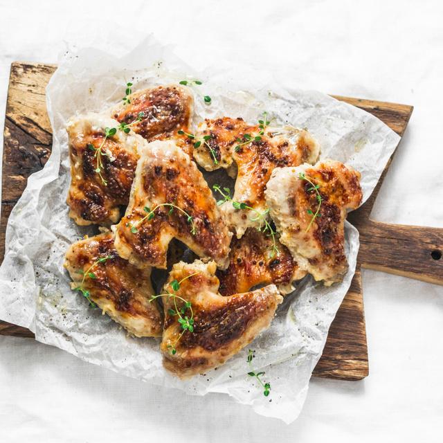 Ropogós, omlós csirkeszárny mustáros, kakukkfüves pácban: grillen sütve, füstösen még finomabb