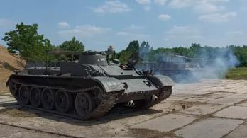 Tankok verik fel a csendet a Balatonnál
