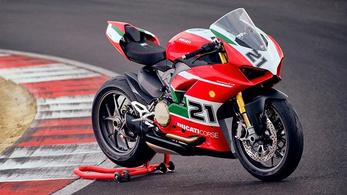 Troy Bayliss sikere előtt tiszteleg a Ducati