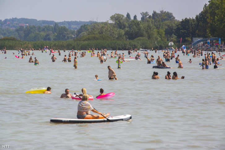 Fürdőzők Balatonfenyvesen 2020. augusztus 8-án
