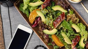 Szeder-füstöltlazac saláta mozzarellagolyókkalés édeskés öntettel lesz igazán különleges