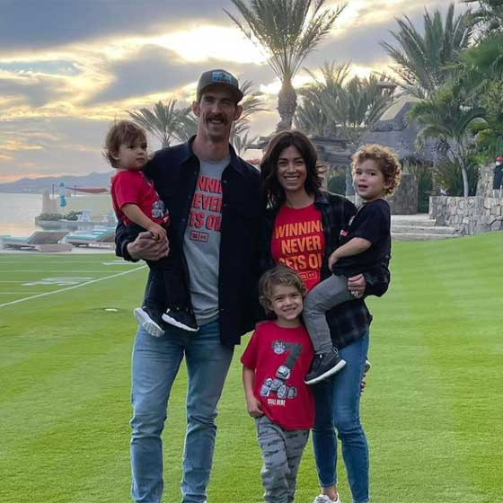 Ezt a tüneményes családi fotót 2021. februárjában posztolta saját Instagram-oldalára. Nem lehet betelni a három lurkó látványával.
