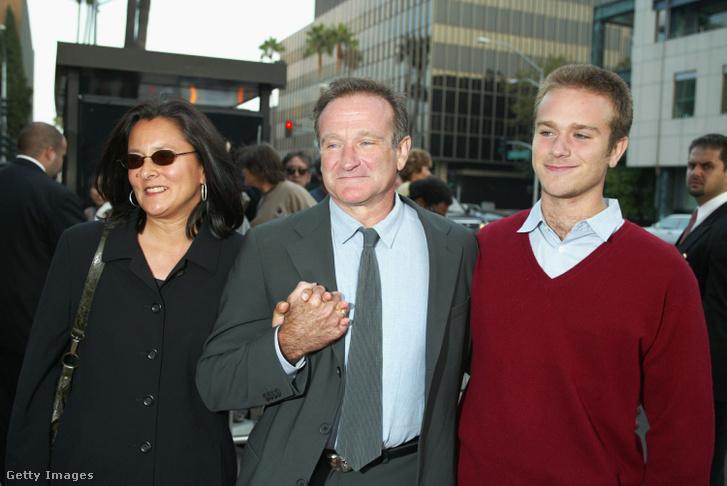 Robin Williams jobbján második feleségével, balján pedig első házasságából született fiával, Zak Williamsszel