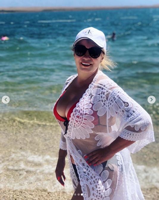 Kiszel Tünde ezt a sejtelmesen szexi, dögös dekoltázsú bikinis képet tette ki horvátországi nyaralásáról.