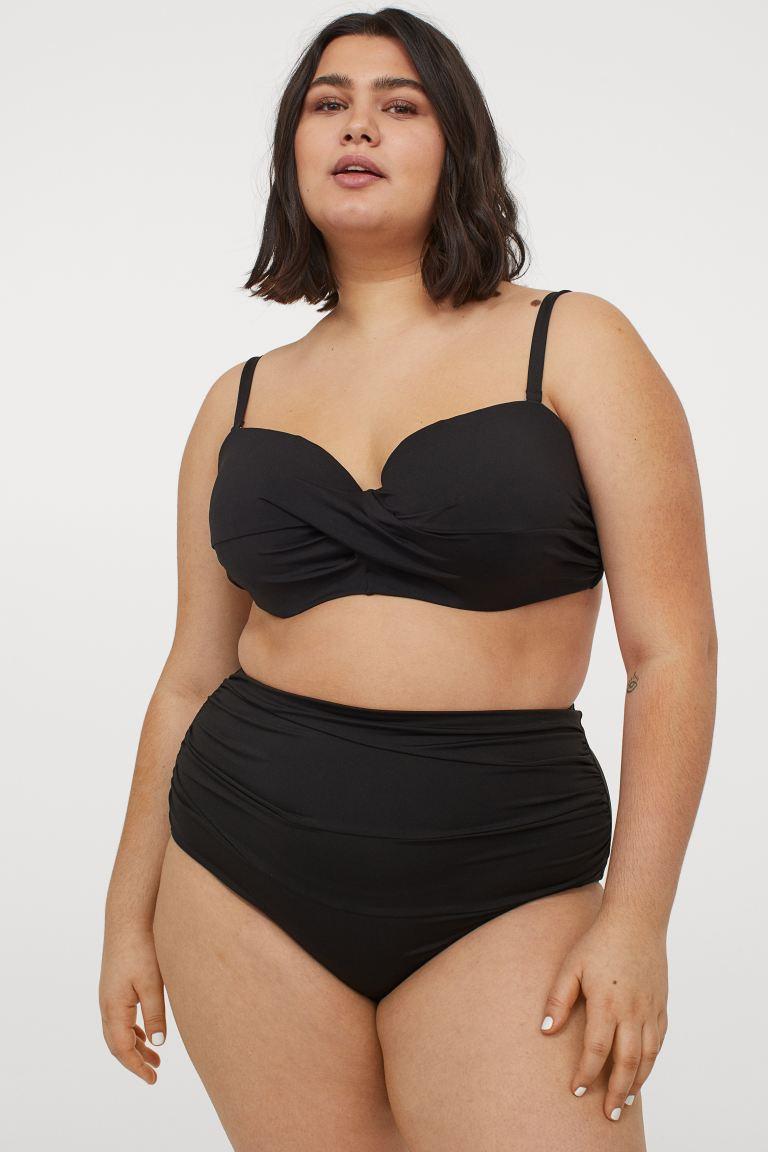 A fekete sosem megy ki a divatból, és nagyon nőies tud lenni. A H&M alakformáló kétrészese elfedi a pocakot, karcsúsítja a derekat, és tartást ad a kebleknek. Az alsó 5995 forintba, a felső 6495 forintba kerül.