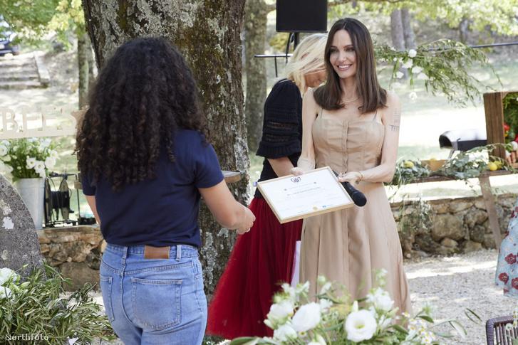 Angelina Jolie átadja egy frissen végzett méhész oklevelét