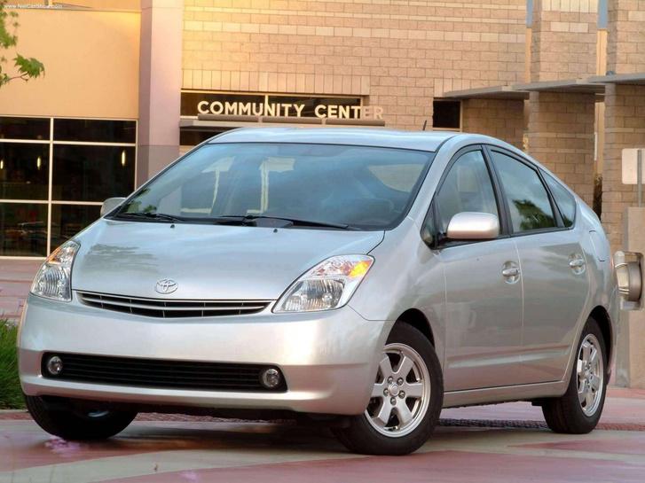 Hibridhajtásával úttörő volt a Toyota Prius. A díjat 2005-ben óriási fölénnyel besöprő második generáció már ki is nézett valahogy, és még praktikus is volt