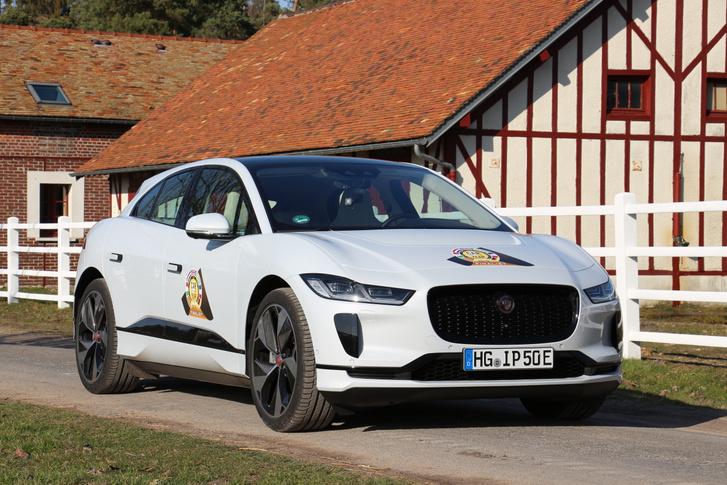 Csak több zsűritagnál elért első helyével vitte el a 2019-es Év Autója díjat az Alpine 110-es elől a Jaguar I-Pace. Elektromos hajtása mellett vezethetősége és óriási térkínálata röpítette az élre