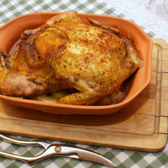 Római tálban, egészben sült fűszeres csirke: a sörtől még ropogósabb, fényesebb a bőre
