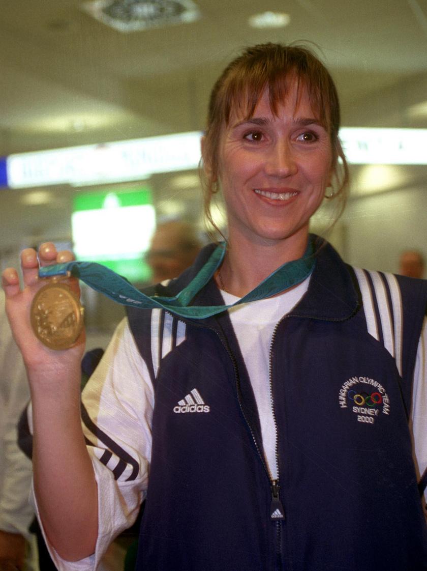 2000. szeptember 26-án hazaérkezett Sydneyből a párbajtőröző Nagy Tímea, a nyári ötkarikás játékok első magyar olimpiai bajnoka.