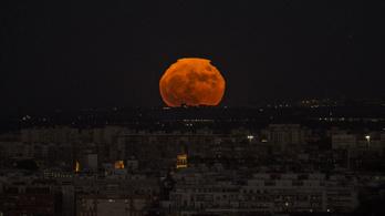 Mi történne, ha a Hold csak fele ilyen messze lenne a Földtől?