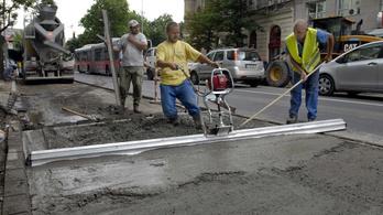 Heten győzték meg az idős férfit, hogy fizessen négyszer annyit a betonozásért