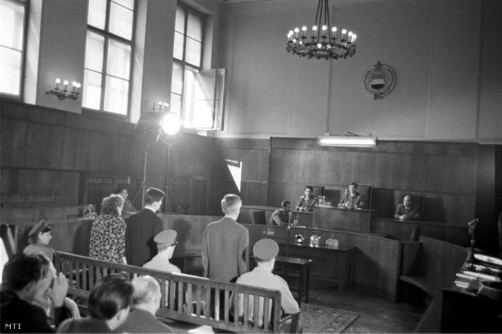 A vádlottak az ítéletet hallgatják a Budapesti Katonai Bíróságon. A vádlottakat kémkedésért és a Magyar Népköztársaság államtitkainak megsértéséért 13, 8, illetve 3 év börtönbüntetéssel sújtották
