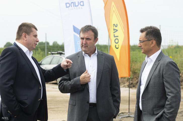 Palkovics László innovációs és technológiai miniszter (k), Papp László (Fidesz-KDNP), Debrecen polgármestere (j) és Nyul Zoltán, a Nemzeti Infrastruktúra Fejlesztő Zrt. beruházási vezérigazgató-helyettese beszélget az M35 autópálya Debrecen-Józsa és a 354. számú főút csomópontjának építése kapcsán tartott sajtótájékoztató előtt Debrecen határában 2021. július 23-án.