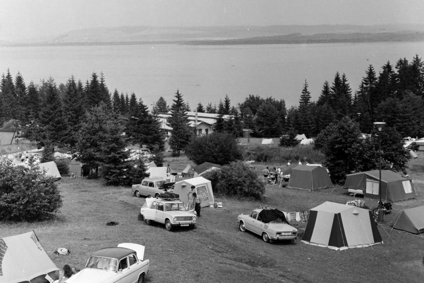 Abban az időben NDK-ból származó sátrak lepték el a kempingeket. Voltak hagyományosak, de utánfutóból nyitható modellek is.