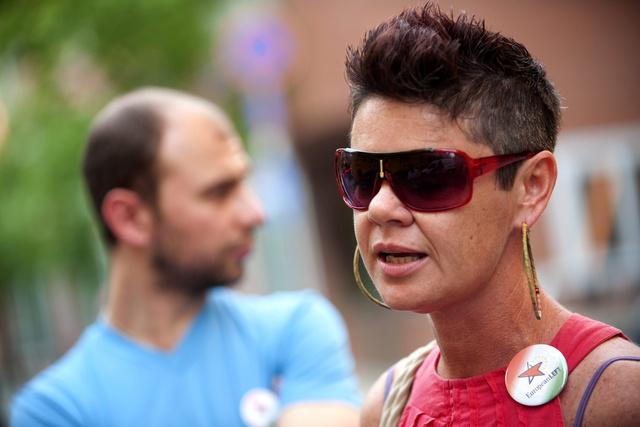 Noé Krisztina, a Zöld Baloldal elnökségi tagja a Gyorskocsi utca előtt 2012. május 1-jén
