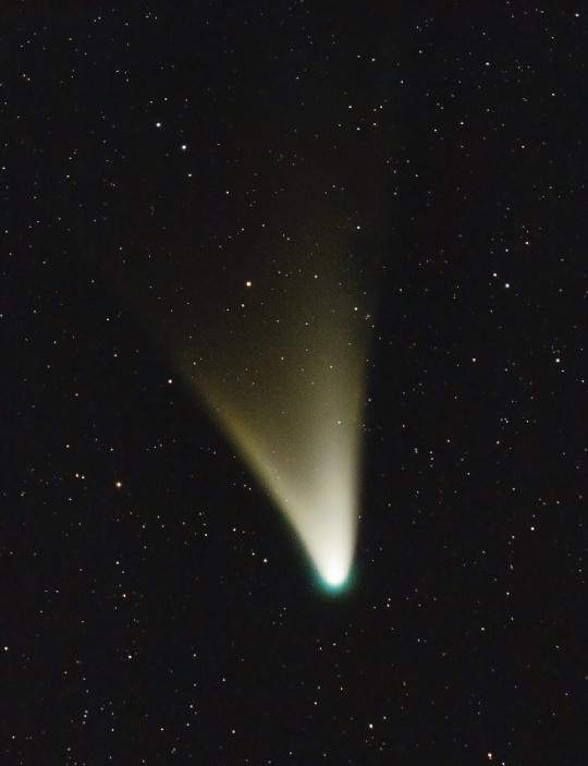 Ignacio Diaz Babillo csodálatos felvétele február 17-én készült Buenos Airesből. Az üstökös széles, sárgás csóvája porból áll, de a fej körül látható zöldes korona arra utal, hogy gázok is nagy mennyiségben szabadulnak fel az üstökös magjából. Mivel az anyagkibocsátás március 10-éig még nőni fog, igen szép látványban lehet részünk március közepén.
