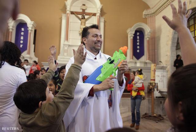 Humberto Alvarez megtalálta a legrövidebb utat, hogy eljuttassa mondanivalóját a vasárnapi misére járó gyerekekhez: szuperhősös ruhában tartja a ceremóniákat, és szenteltvizes vízipisztollyal locsolja a hívőket.