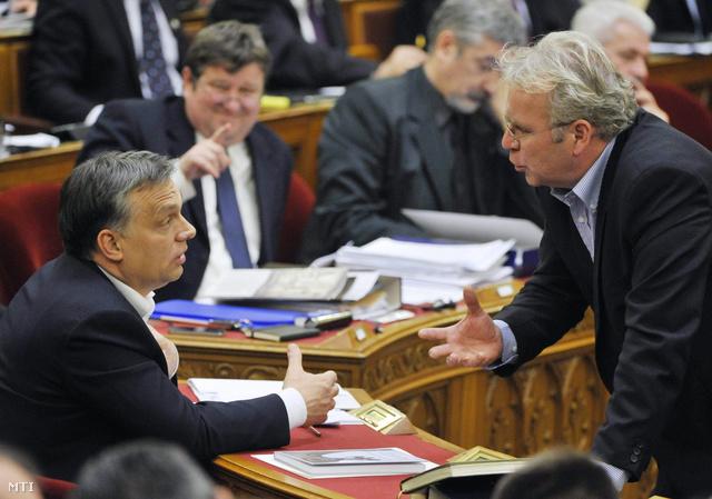 Orbán Viktor miniszterelnök és Pokorni Zoltán, a Fidesz alelnöke beszélget.