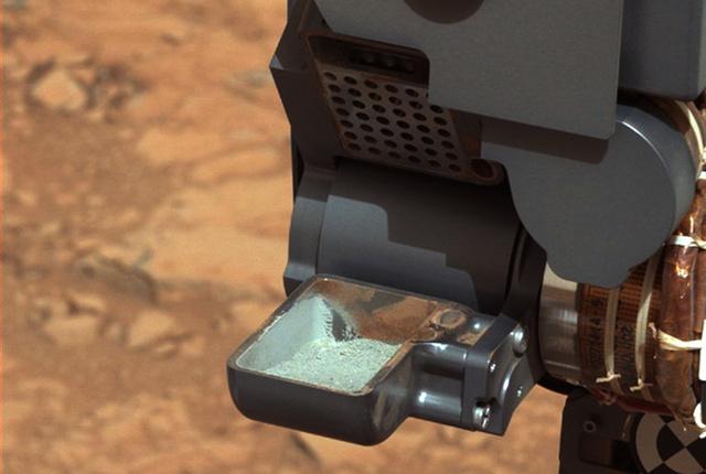 Marsi talajminta a Curiosity tálcáján