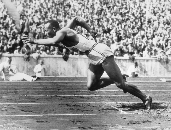 Jesse Owens négy aranyat nyert Berlinben 1936-ban. Hármat futásban, egyet távolugrásban. Hitler őrjöngött, hogy egy afroamerikai brillírozik a náci olimpián, és nem gratulált neki