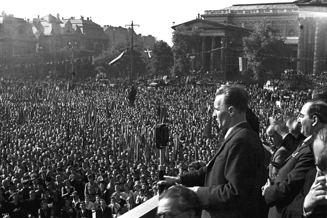 Nagygyűlés a Hősök terén a Magyar Kommunista Párt III. Kongresszusa alkalmából 1946. szeptember 28-án, Kádár János megnyitja a gyűlést. Mögötte áll Nagy Imre, az MKP Poltikai Bizottságának tagja