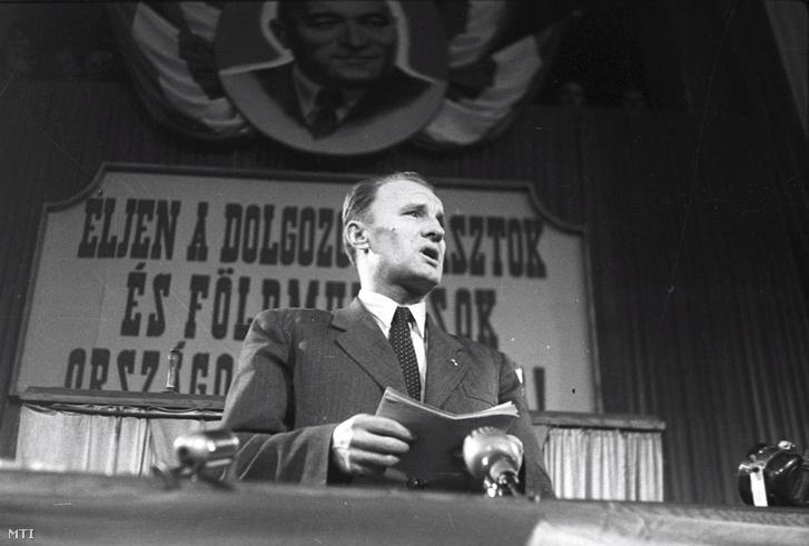 Kádár János belügyminiszter beszédet mond a Dolgozó Parasztok és Földmunkások Országos Szövetsége (DÉFOSZ) kongresszusának megnyitásán 1948. december 18-án MTI