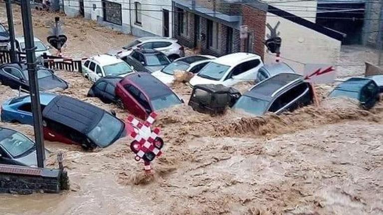 Újabb áradások Belgiumban: megint autókat vitt a víz