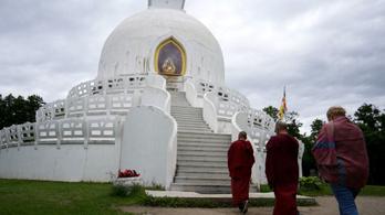 Két szerzetes vigyázza a Balaton buddhista szentélyét