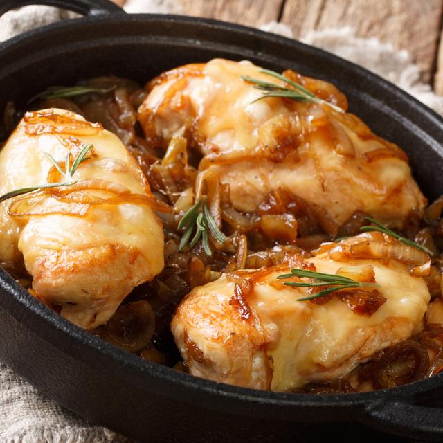 Egyserpenyős csirkemell karamellizált hagymával: omlós, szaftos főfogás