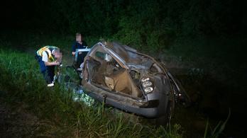 180 kilométer per órás sebességgel szakította át a kocsi a szalagkorlátot az M6-oson