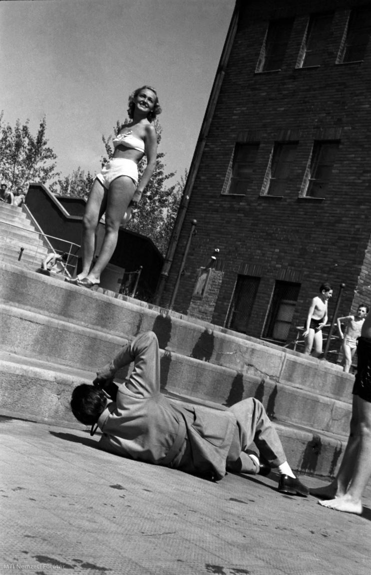 Budapest 1948. április 1. A legújabb fürdőruhadivat. A tavasz korai beköszöntével a Sport uszodában élvezik a napozás és fürdőzés örömeit a fővárosiak.