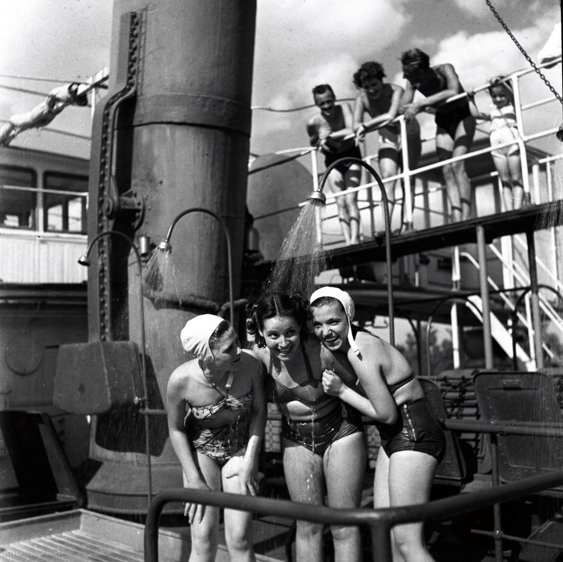 Budapest 1950. július Fiatalok a Felszabadulás gőzhajó fedélzetén, melyen üdültetési céllal strandot alakítottak ki. A felvétel készítésének pontos ideje ismeretlen.