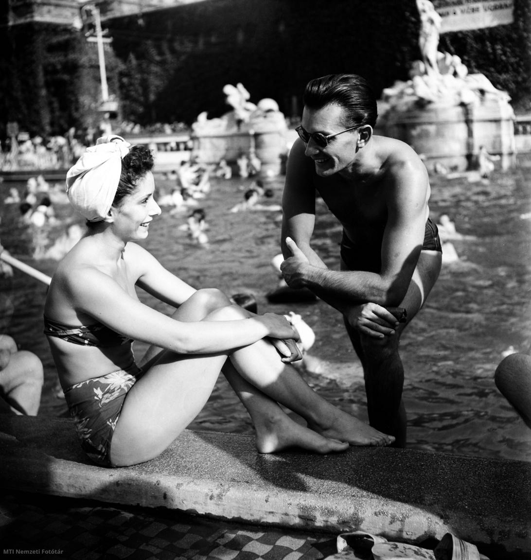 Egy fiatal pár beszélget a Széchenyi gyógyfürdő úszómedencéjének partján 1950. augusztus 29-én.