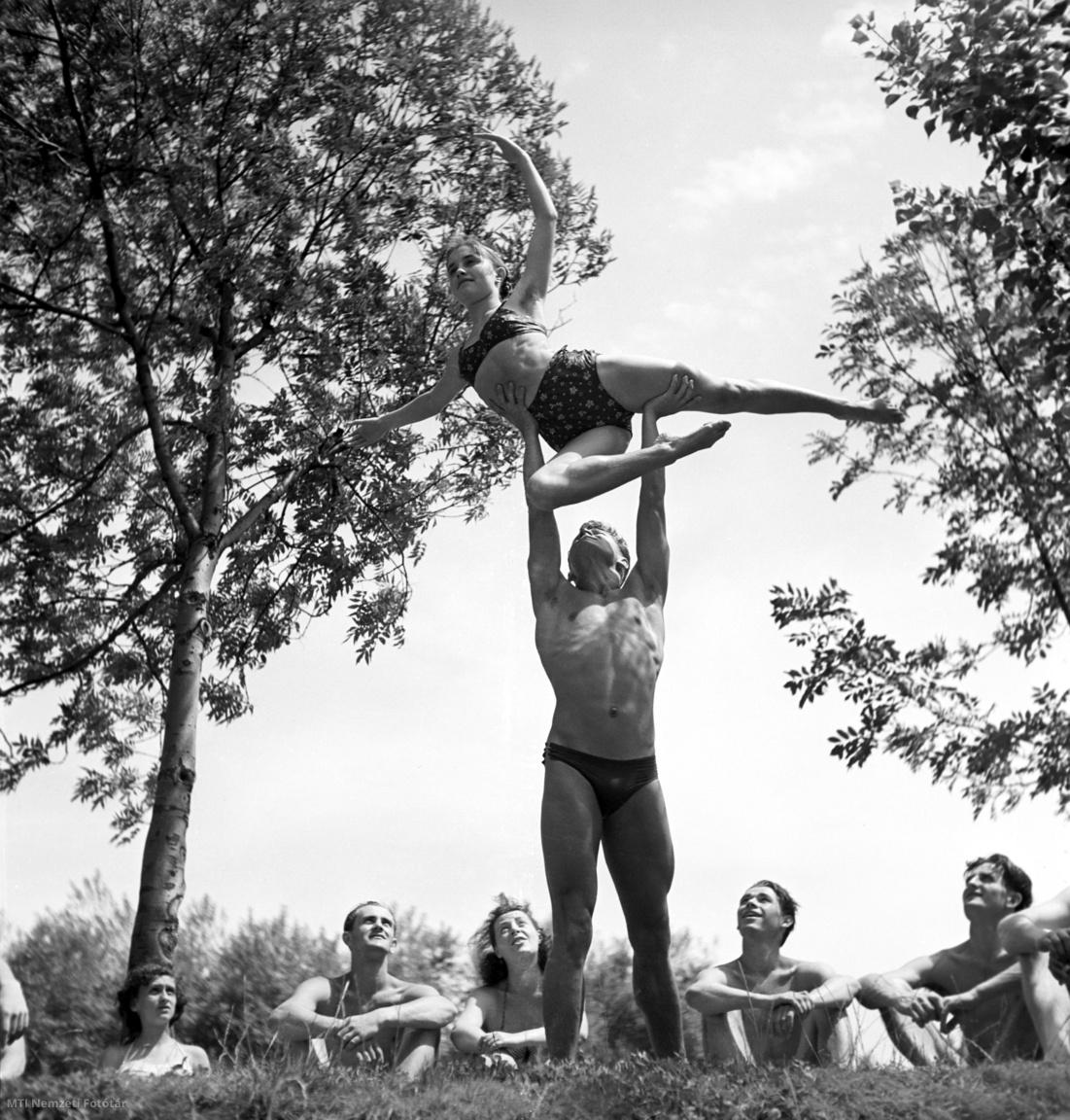 A Magyar Néphadsereg Művészegyüttes két tagja egy emelést gyakorol a Palatinus strandon 1952. június 18-án.