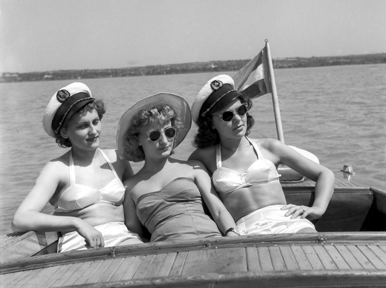 Fürdőruhás nők napoznak a Liliom Szálló hajójának fedélzetén 1957. június 17-én.