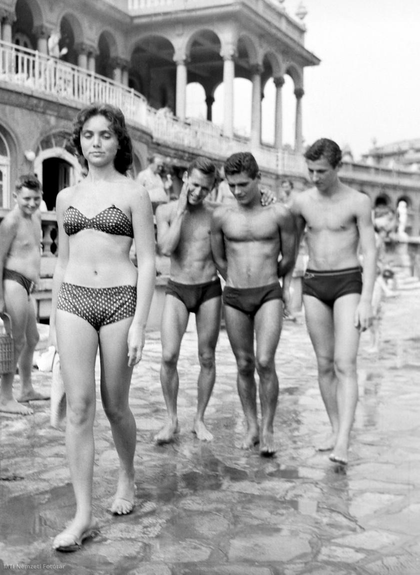 iStrandoló fiatalok a Széchenyi fürdőben 1958. július 10-én.