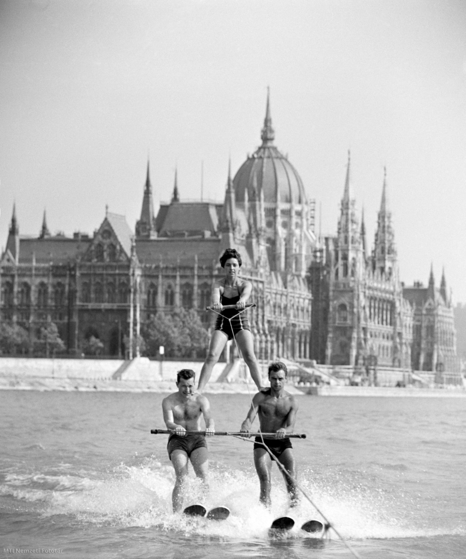 Budapest 1961. június 24. Vízisízők a Dunán a Margit hídnál, a Parlament előtt.