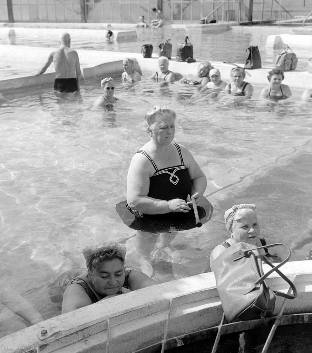 Fürdőzők pihennek a Dagály utcai Szabadság strandfürdő egyik medencéjében 1961. szeptember 11-én.